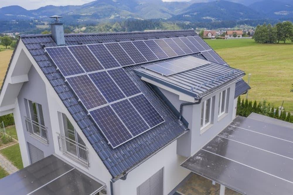 Vista aérea de uma casa particular com painéis solares